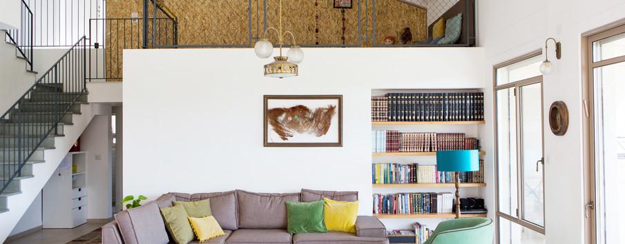 גלריה מחופה בOSB- ומשמשת כאלמנט לתליית פריטים משתנים של בני המשפחה.