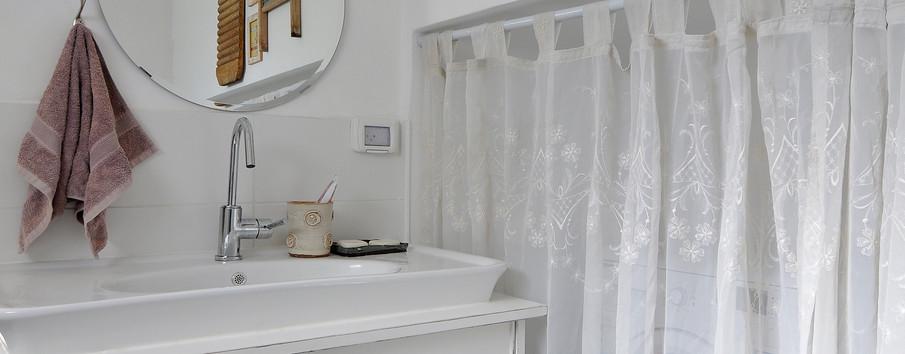 חדר אמבטיה - ניצול חלל של מתחת למדרגות לטובת מכונות כביסה ומייבש- וילון מכסה (: