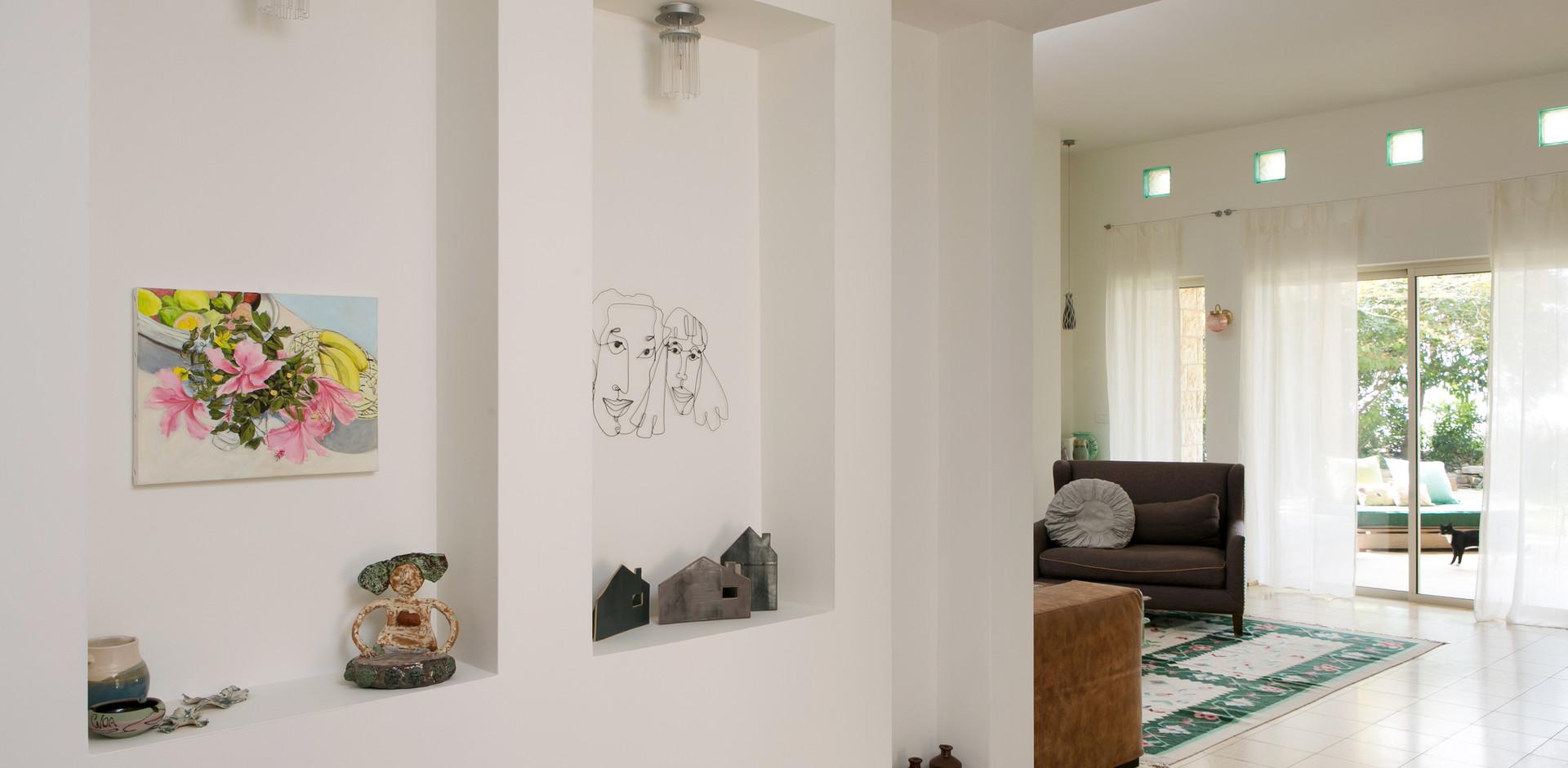 מבט מהכניסה של הבית לחלל המרכזי;יצירה ישראלית משתלבת בעיצוב חלל הבית