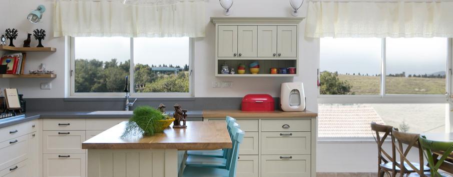 מטבח הבית - גם הוא חלק מהחלל הפתוח. כפרי  ושקט.