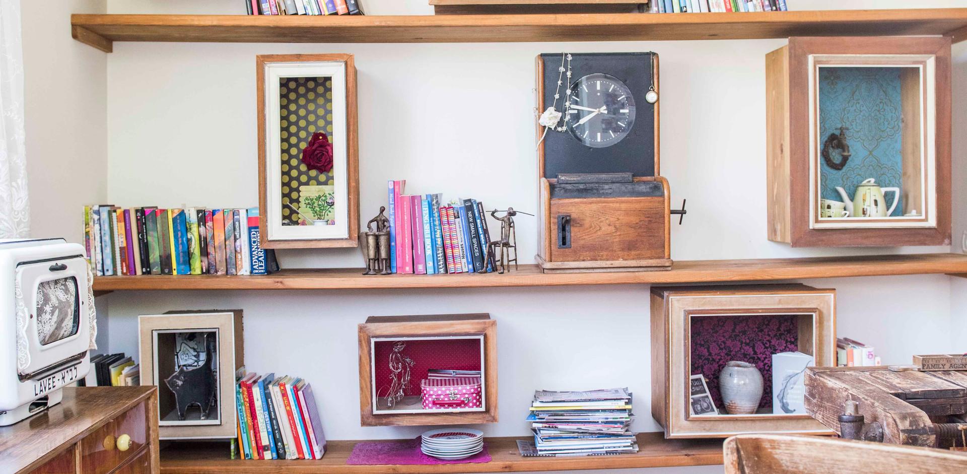 ספריה שהיא יצירה של קוביות שמולבשות על מסגרות של תמונות ישנות