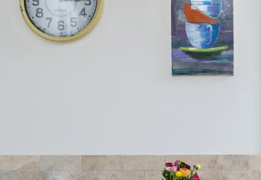 ציורים של בני המשפחה מקשטים את קירות הבית. אין שמחה וגאווה מזו