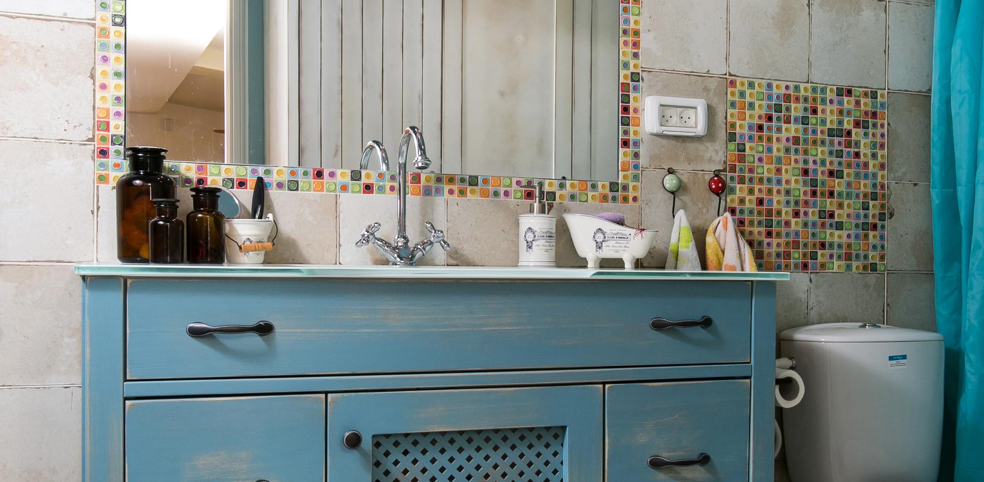 כשחדר אמבטיה מייצר חוייה ייחודית ללקוחות- צבע התכול עוטף את החלל בכל חלקיו.