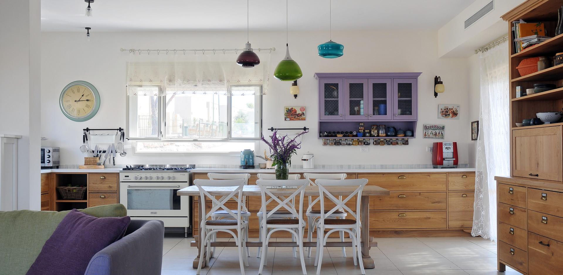 המטבח תוכנן כלב הבית- שם נמצאים בני המשפחה מרבית שעות המשותפות. אוהבי בישול ואירוח