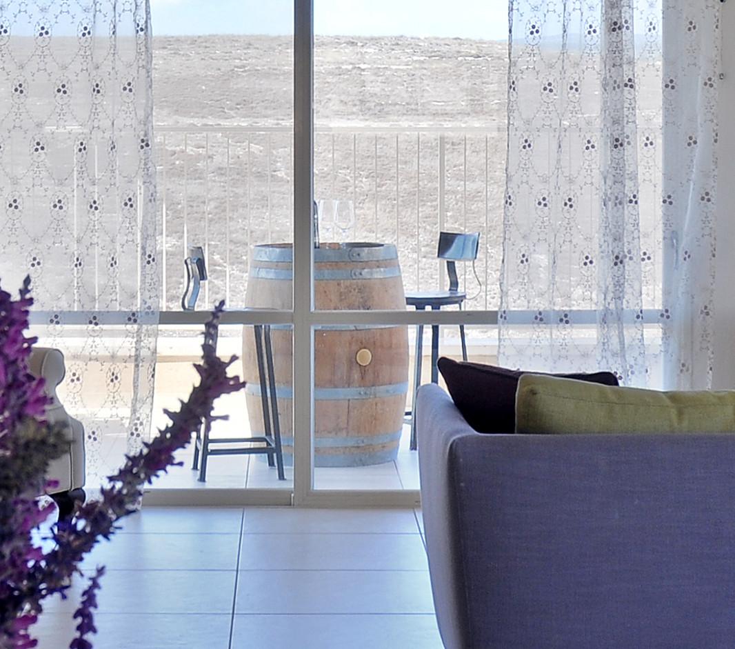 חביות יין- עסק משפחתי מפואר מרהטות את מרפסת הסלון