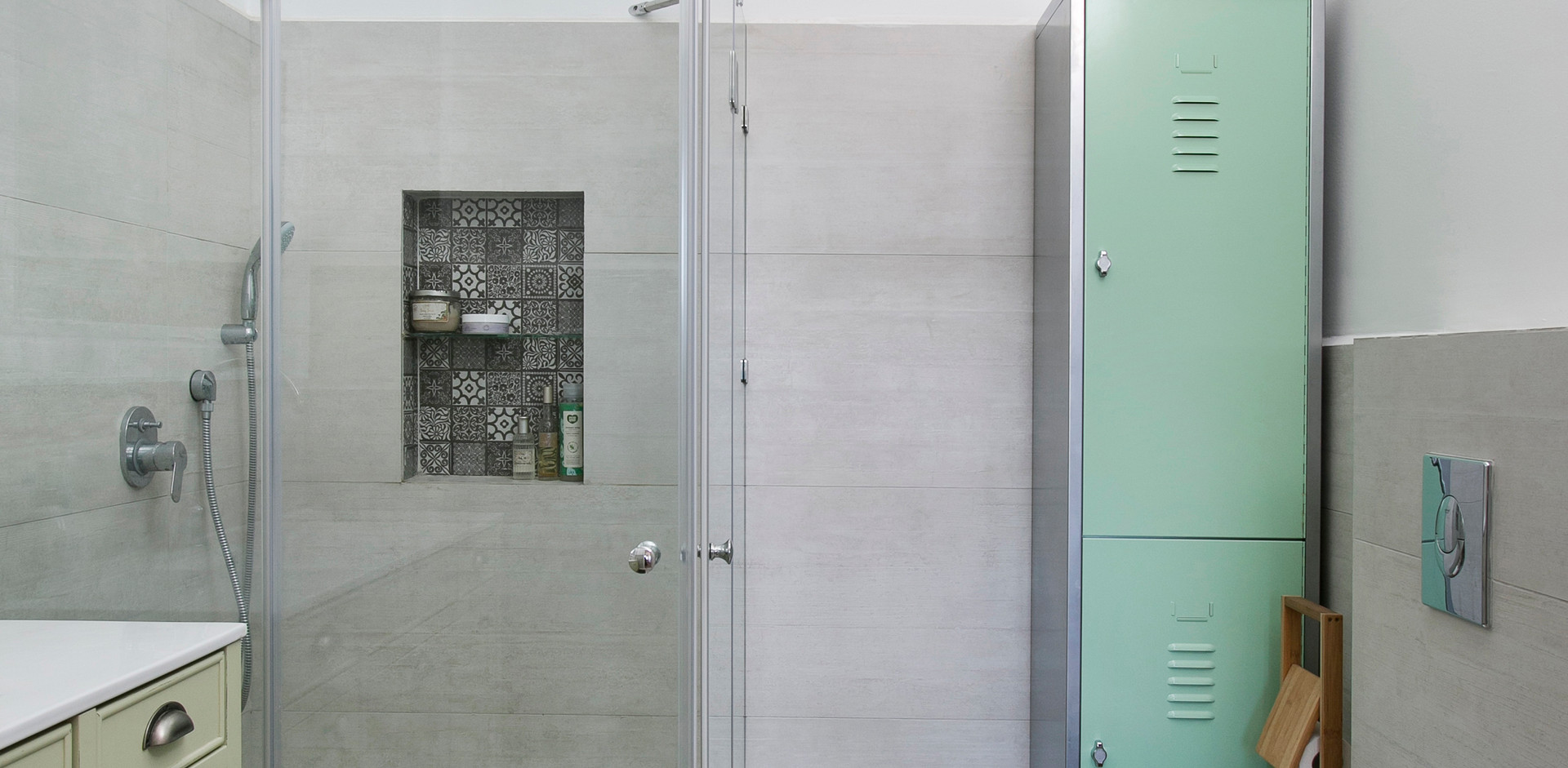 חדר אמבטיה- תקרה תכולה, יחידת לוקר תוכננה לחלל במיוחד.