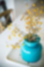 צנצנת כחולה עם אזדרחת צהובה