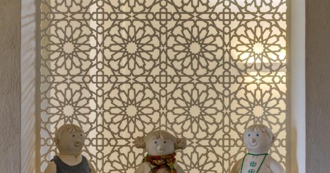 בובות שנרכשו והולבשו כבני הבית- פינה חייכנית בכניסה