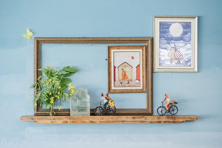 פריטים שונים מהבית נאספו ליצירה אחת על הקיר- כזו שמשתנה השכם וערב
