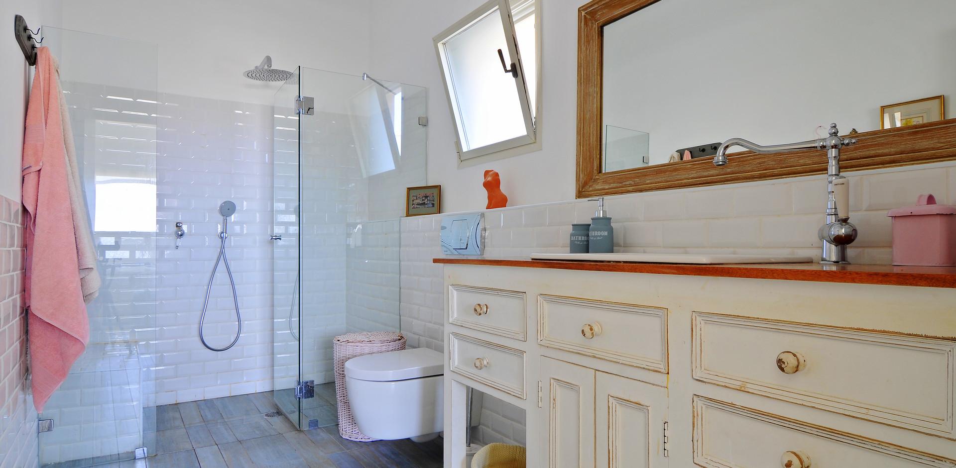 יחידת נגרות שהייתה בבית ושודרגה לטובת יחידת חדר אמבטיה