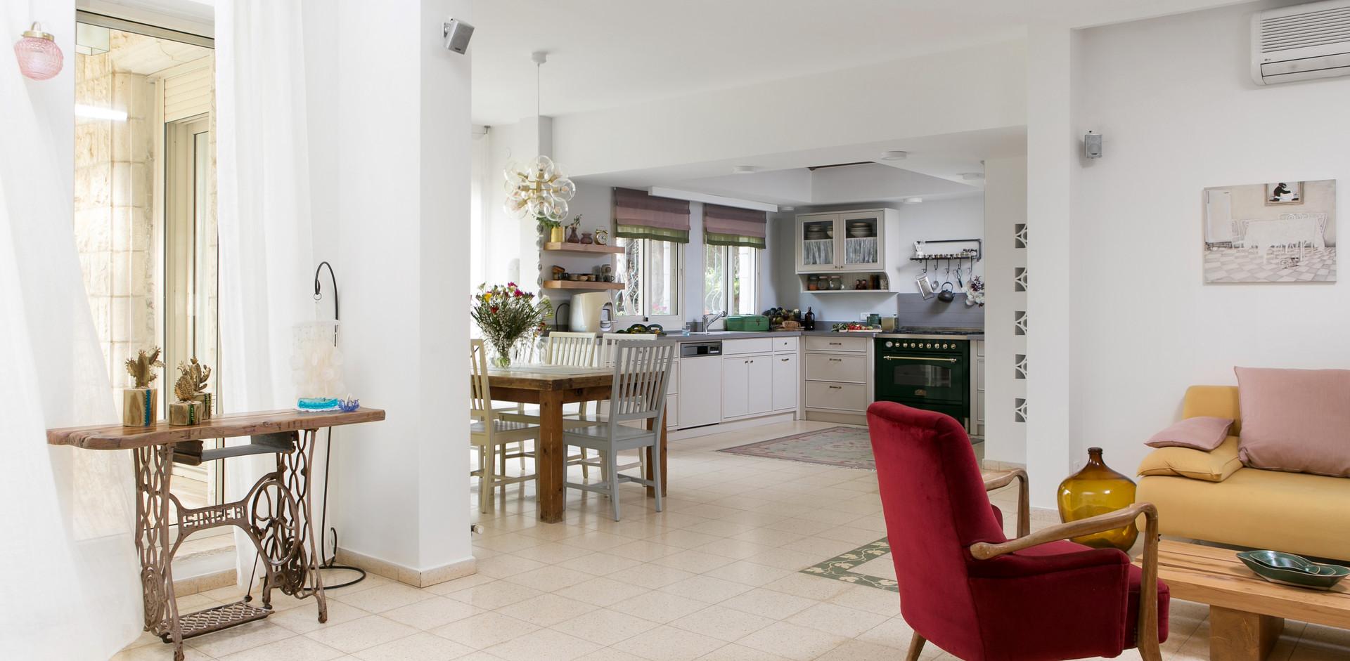 מבט מהסלון לכיוון במטבח ופינת ישיבה נוספת