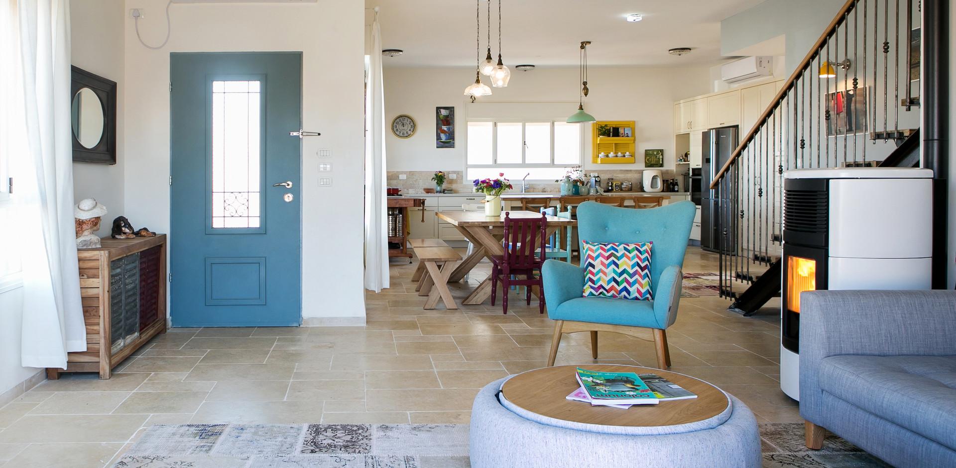 מראה מכיוון הסלון על כניסה לבית, פינת האוכל ומטבח