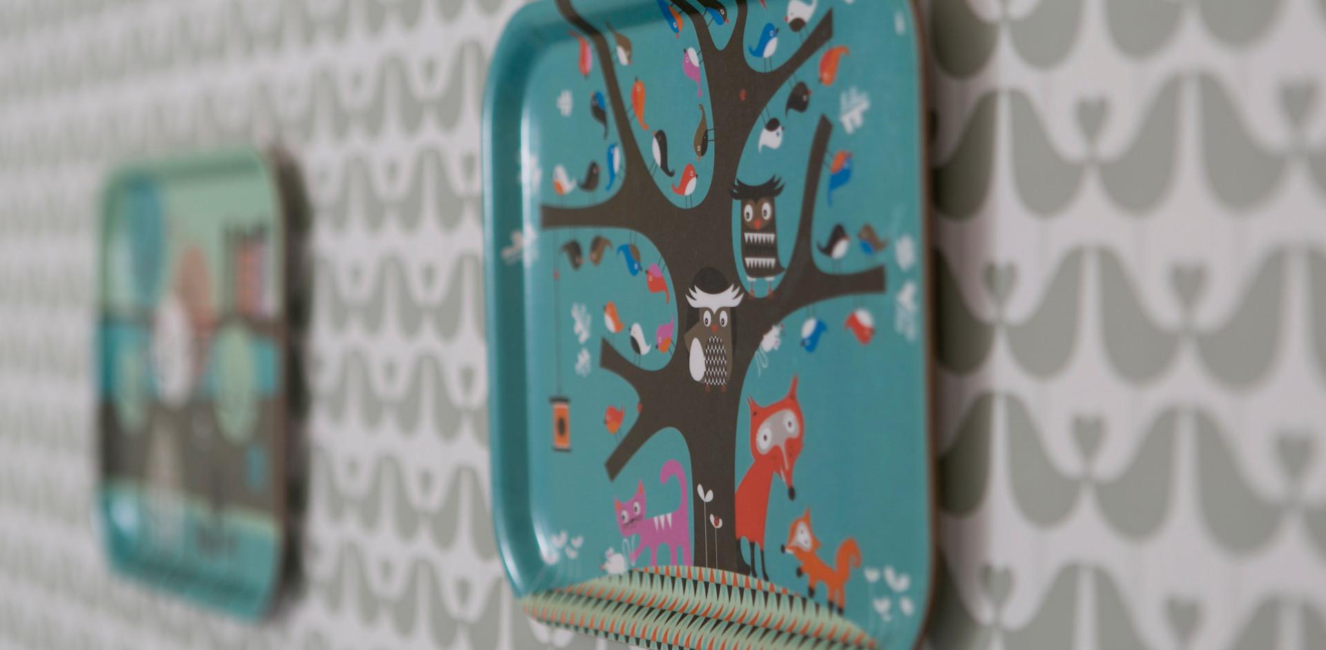 טפט ציפורים על הקיר; מגשים שהפכו לתמונות