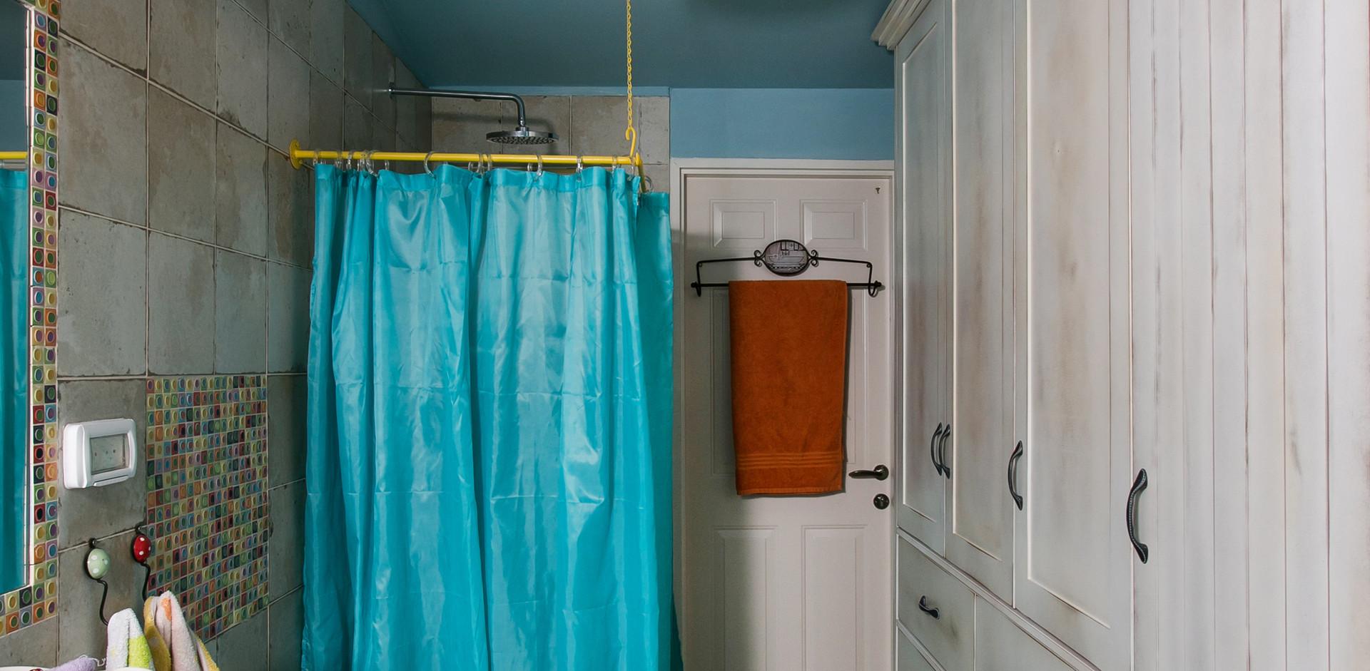 ארון אחסון ענקי גם הוא חלק מחלל חדר האמבטיה