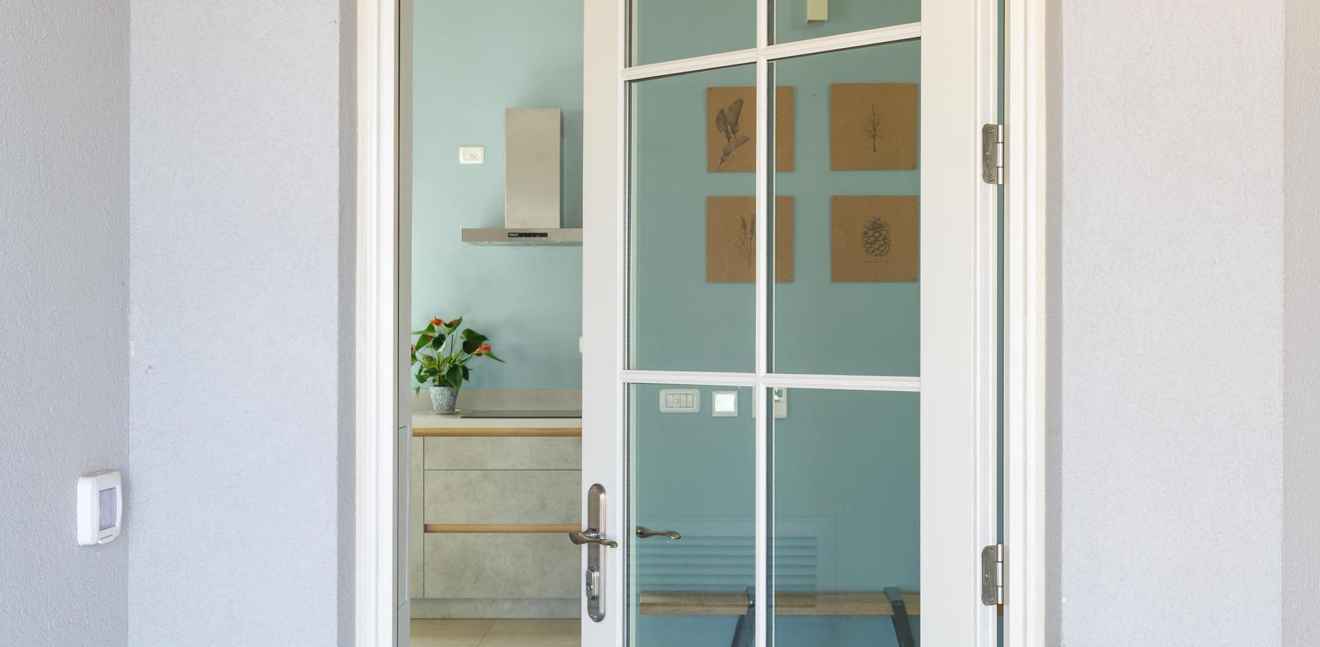 """דלת כניסה """"אלומניום- עץ"""" מעידה על מה שיתרחש בבית (:"""