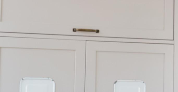 מכסי סירים שאהבנו שובצו כיצירות בתוך ארון המטבח
