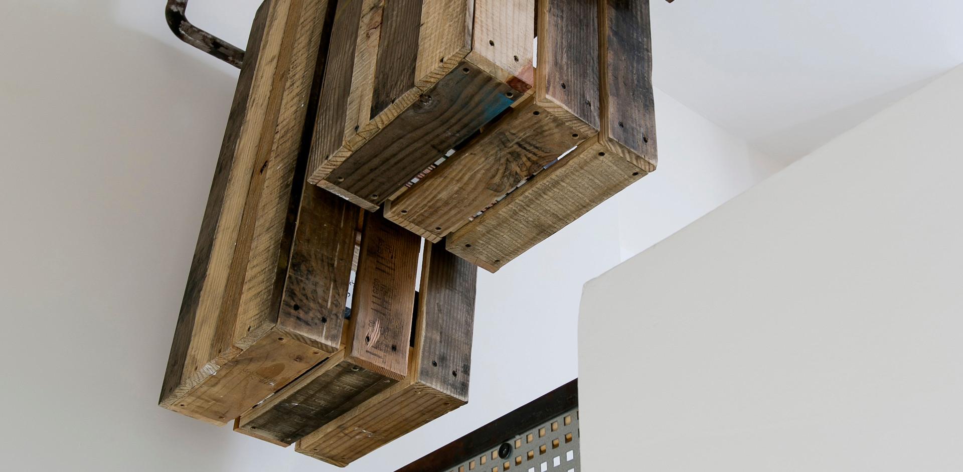 """פינת מחשב """"תוכננה סביב מעקה גרם המדרגות.אחסון """"מעופף"""" נמצא כנכון ביותר לטובת יחידה זו; מהתקרה אל החלל הכפול של הבית."""