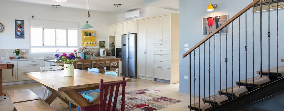 גרם המדרגות הינו אלמנט העיצובי המשמעותי בבית.