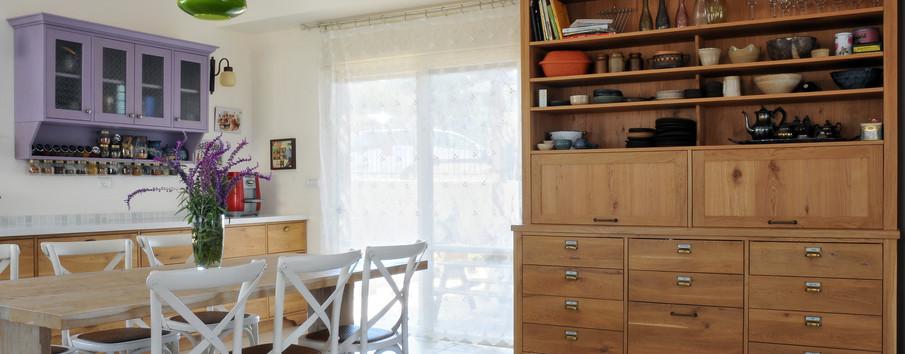 יחידת נגרות תוכננה להכיל את צרכי המטבח הנוספים כמו גם את אוסף הקרמיקות פרי יצירה של אם הבית