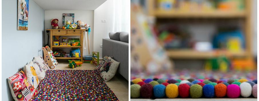 מאחורי הספה, ומתחת למדרגות מבצבצת פינת משפחה אינטימית...לבינתיים