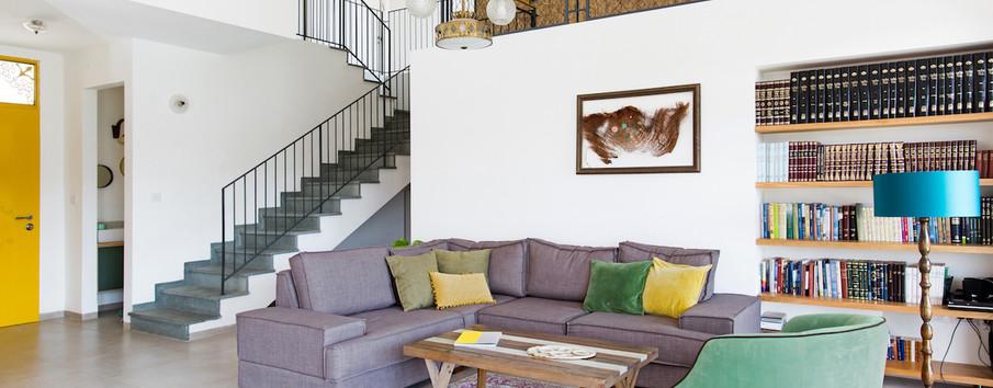 מבט לסלון, הצצה לגרם המדרגות הייחודי באבן התכלכלה, הצצה לגלריה וכן הצצה לשירותי האורחים