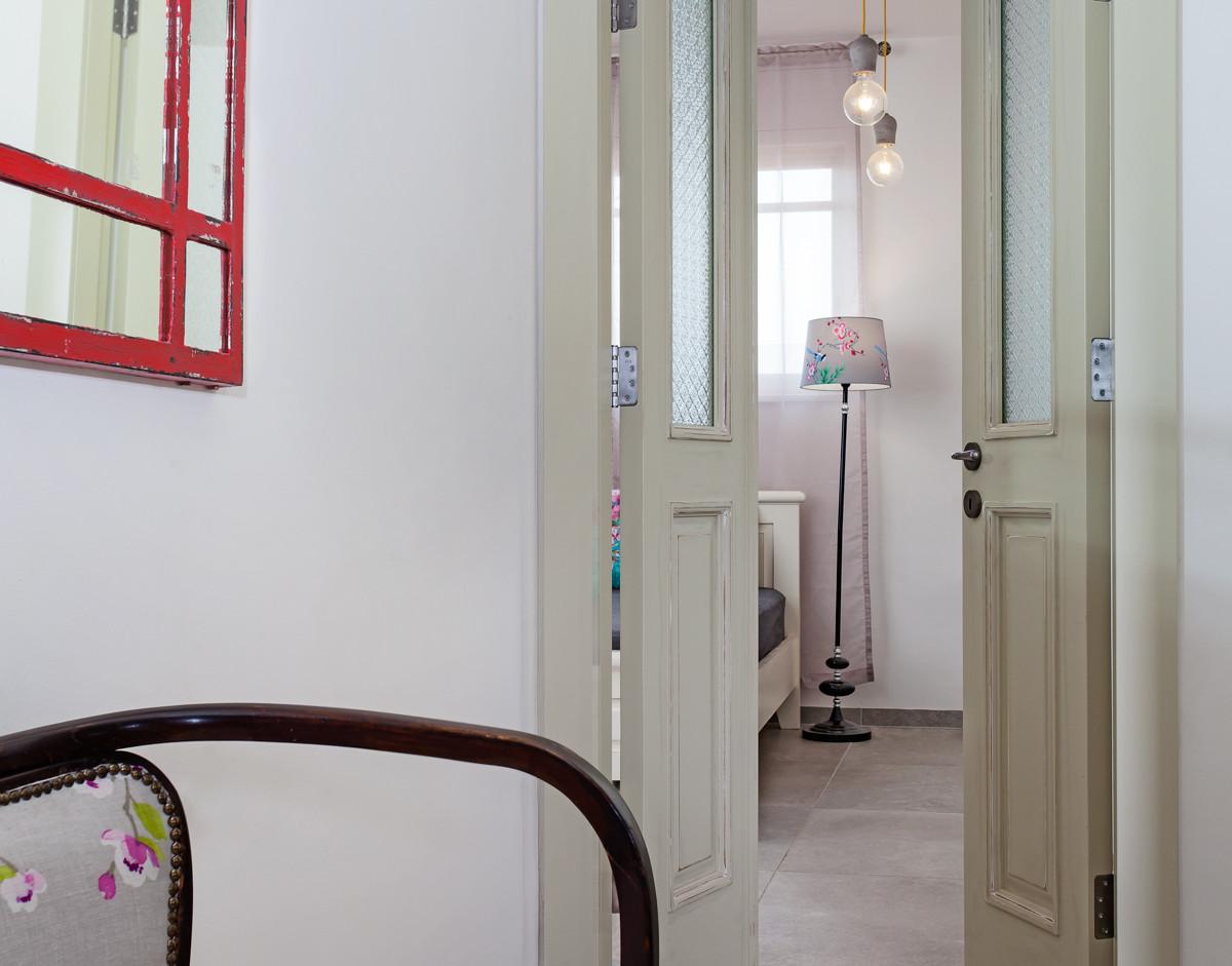 חדר שינה הורים- דלתות עם מיפתח כפול, פנאומטי, לצרכי הנגשה ויופי. ספסל ישיבה סמוך לחדר.