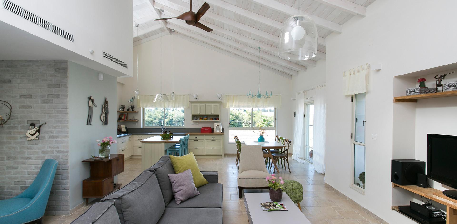 תכנון חלל מרכזי פתוח לכניסה לבית,לחדר המשפחה ולמטבח