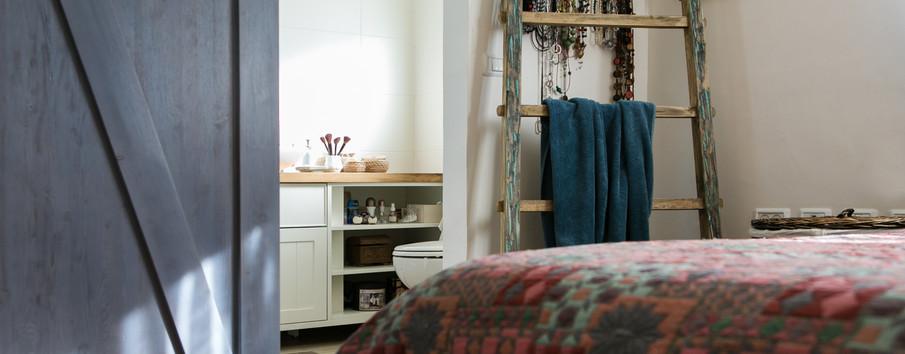 חדר השינה קושט בדלת אסם מאסיבית