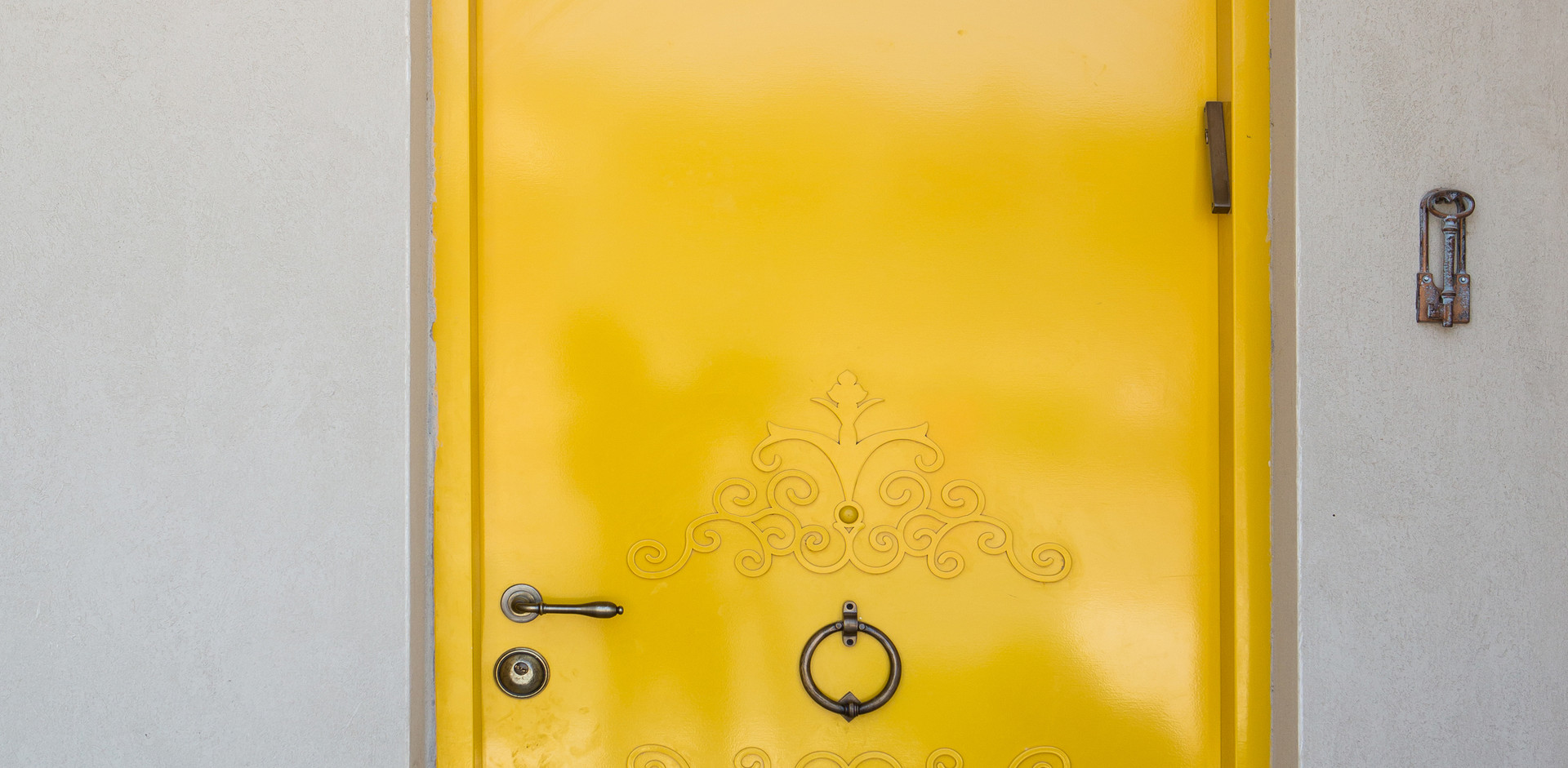 זו הכלה - דלת הכניסה ;ידענו מראש שהיא תהיה צהובה. לקוחה מצטיינת ציירה בדיוק את הדלת שרוצה וכל שנותר הוא להוציא מהכוח אל הפועל