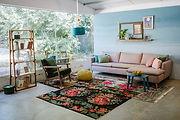ספה ורודה, כורסא ירוקה, שטיחים פרחוניים