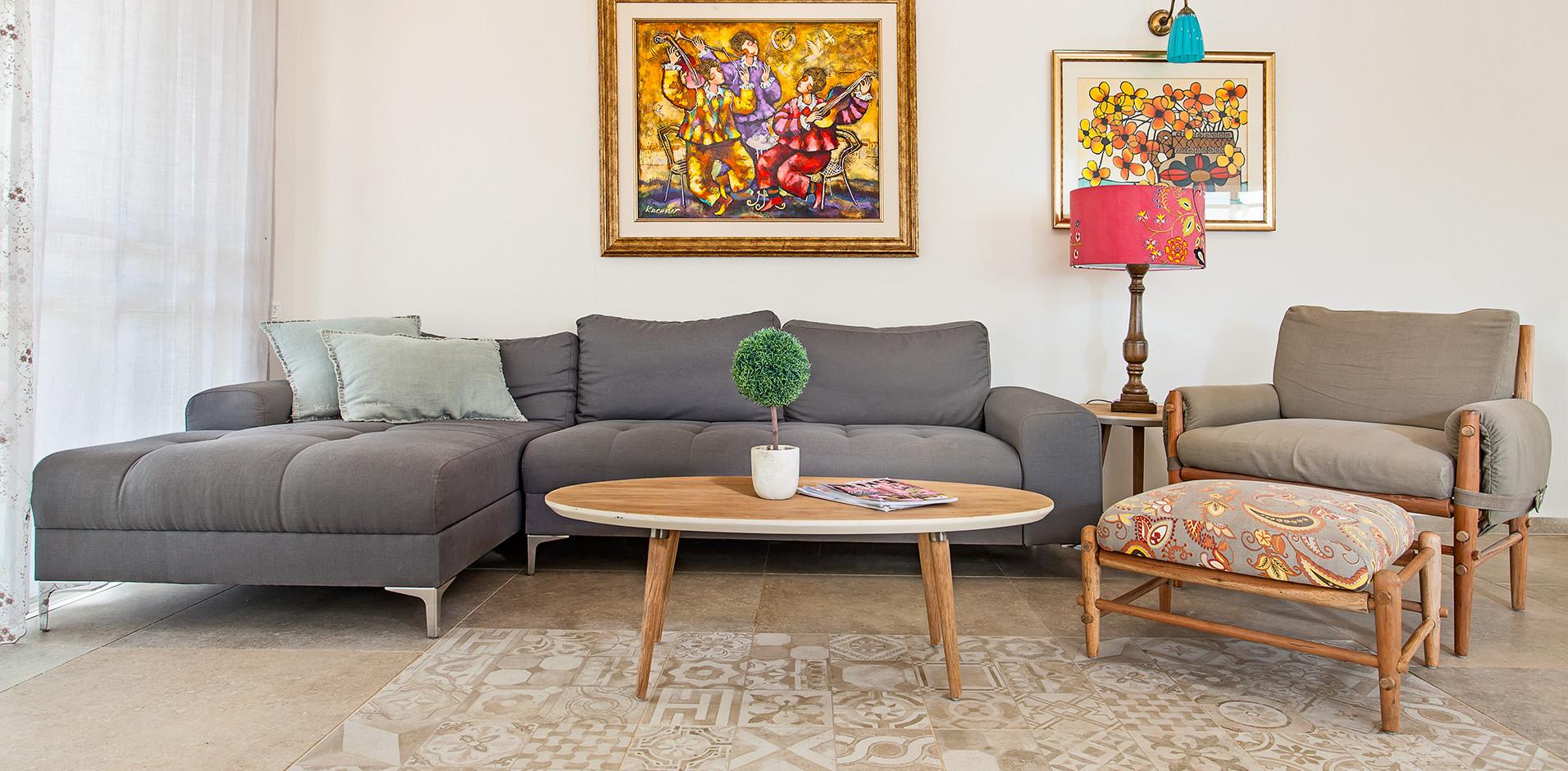 בית מונגש- ללא שטיחים אבל עיטור ברצפה, ספה קשה במיוחד- והרבה צבע ושמחת חיים