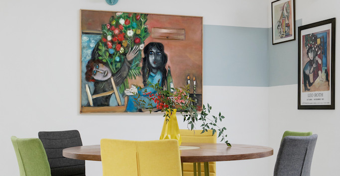 פינת האוכל - יצירה של שולחן ייחודי וקירות מעוטרים ביצירות אמנות של פיטר ודוד רוט