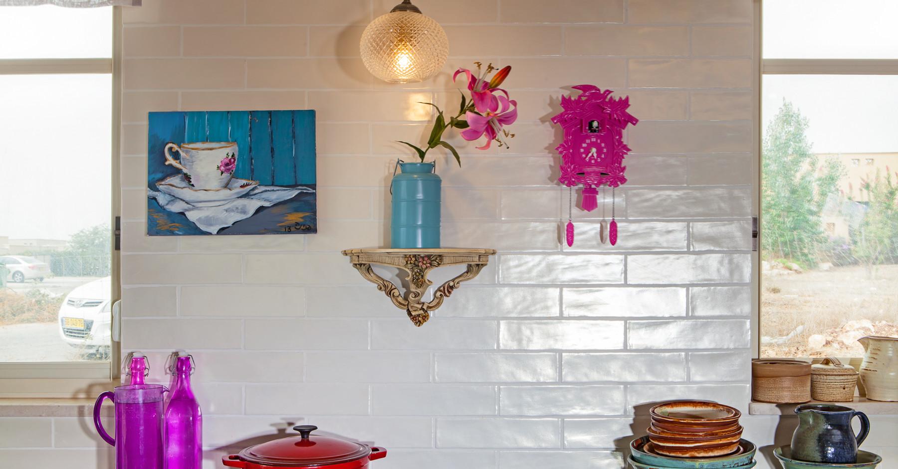 יצירות של בעלי הבית על קירות המטבח