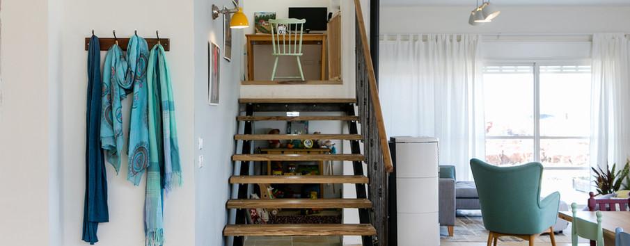 פינת עבודה בקצה המדרגות גם היא מחייכת לחלל המרכזי