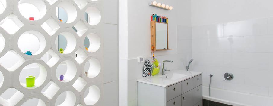 חדר אמבטיה- משרביה סוגרת את המקלחון. גם היא זכתה לביקורי אורחים