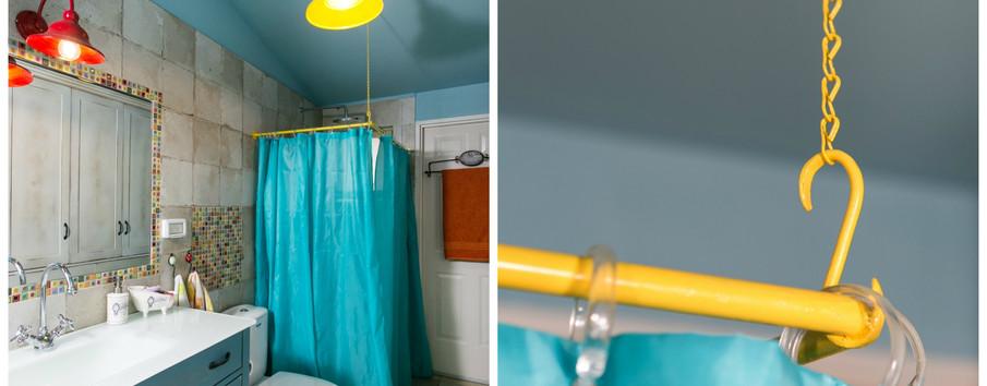 נגיעות צבע מאזנות את התכול: וילון אמבט עם מתלה צהוב שהוכן במיוחד, תאורה צבעונית , פסיפס כחיפוי ייחודי
