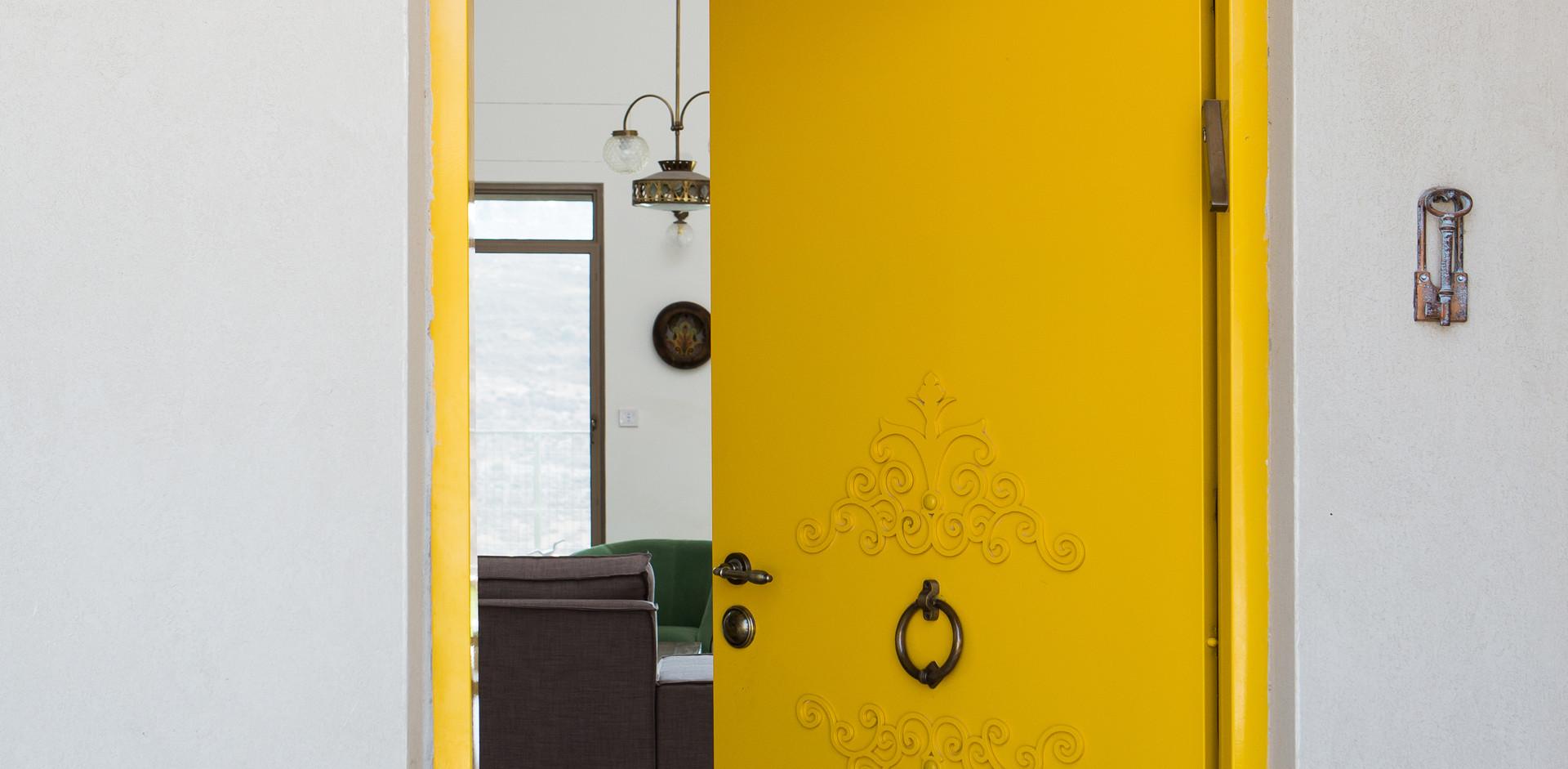 זו הכלה - דלת הכניסה ;ידענו מראש שהיא תהיה צהובה. לקוחה מצטיינת ציירה בדיוק את הדלת שרוצה וכל שנותר הוא להוציא מהכוח אל הפועל.
