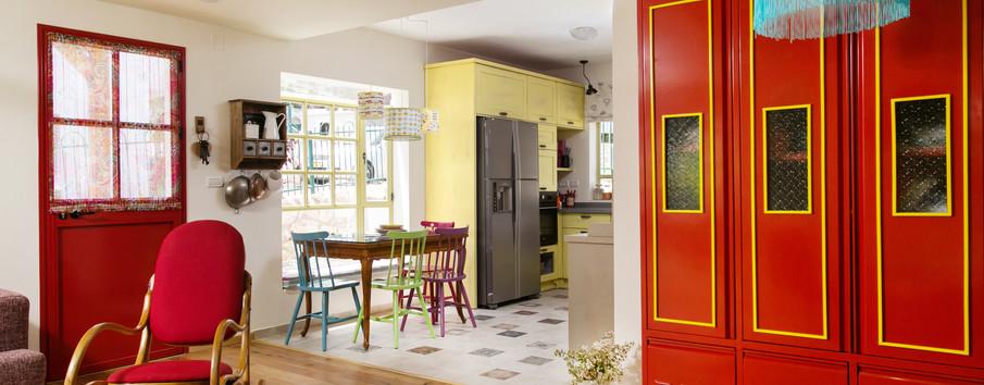 מבט למטבח הצהבהב- יחידת לוקר שעוצבה עבור הבית הזה בצבעוניות משלימה