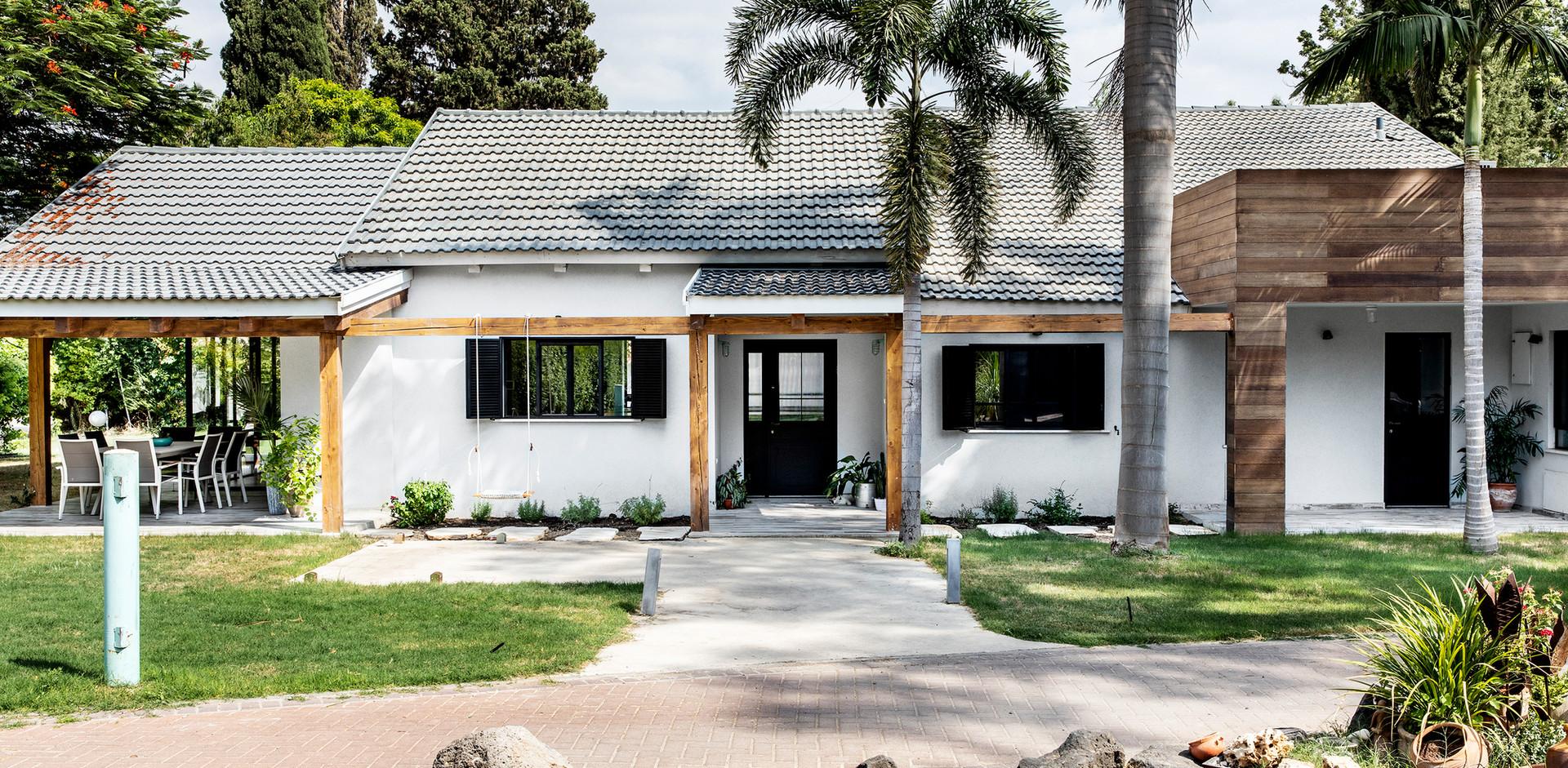 מבט על חזית הבית- שילוב בניה קלאסית עם בניה קלה