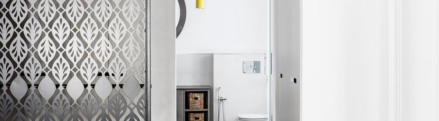 מבט לחדר ארונות - אמבטיה