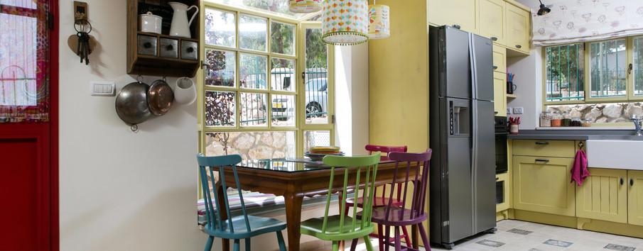 """פינת האוכל על """"החלון הצרפתי"""" אלומניום ירן-צהוב, תאורת בד שעוצבה במיוחד לחלל הזה"""