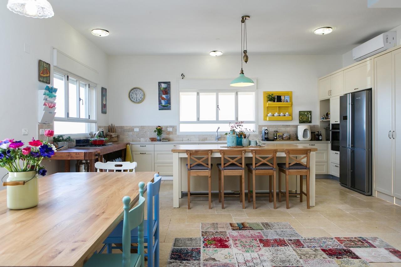 מטבח מבשל , עם היסטוריה של בשלנים מקצועניים - יחידת אי לישיבה משותפת, המון שטח אחסון והדובדבן שבקצפת- שולחן נגרים שנבנה במיוחד לפי צרכי הלקוחות ובתוכו יחידת הגז
