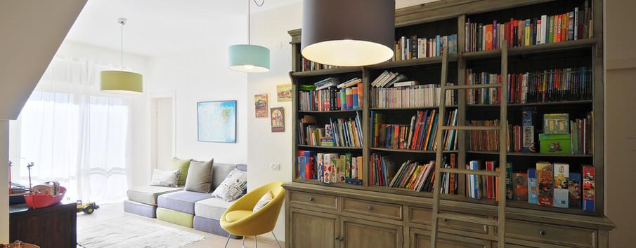 חלל משפחה בחלקו התחתון של הבית- גרם המדרגות מנוצל לפינת המחשב, שאר החלל לפינת התכנסות משפחתית ופינת קריאה