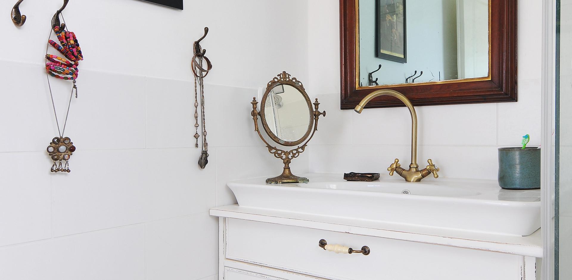 פריטים שנאספו מבית סבתא ומקשטים את חלל האמבטיה
