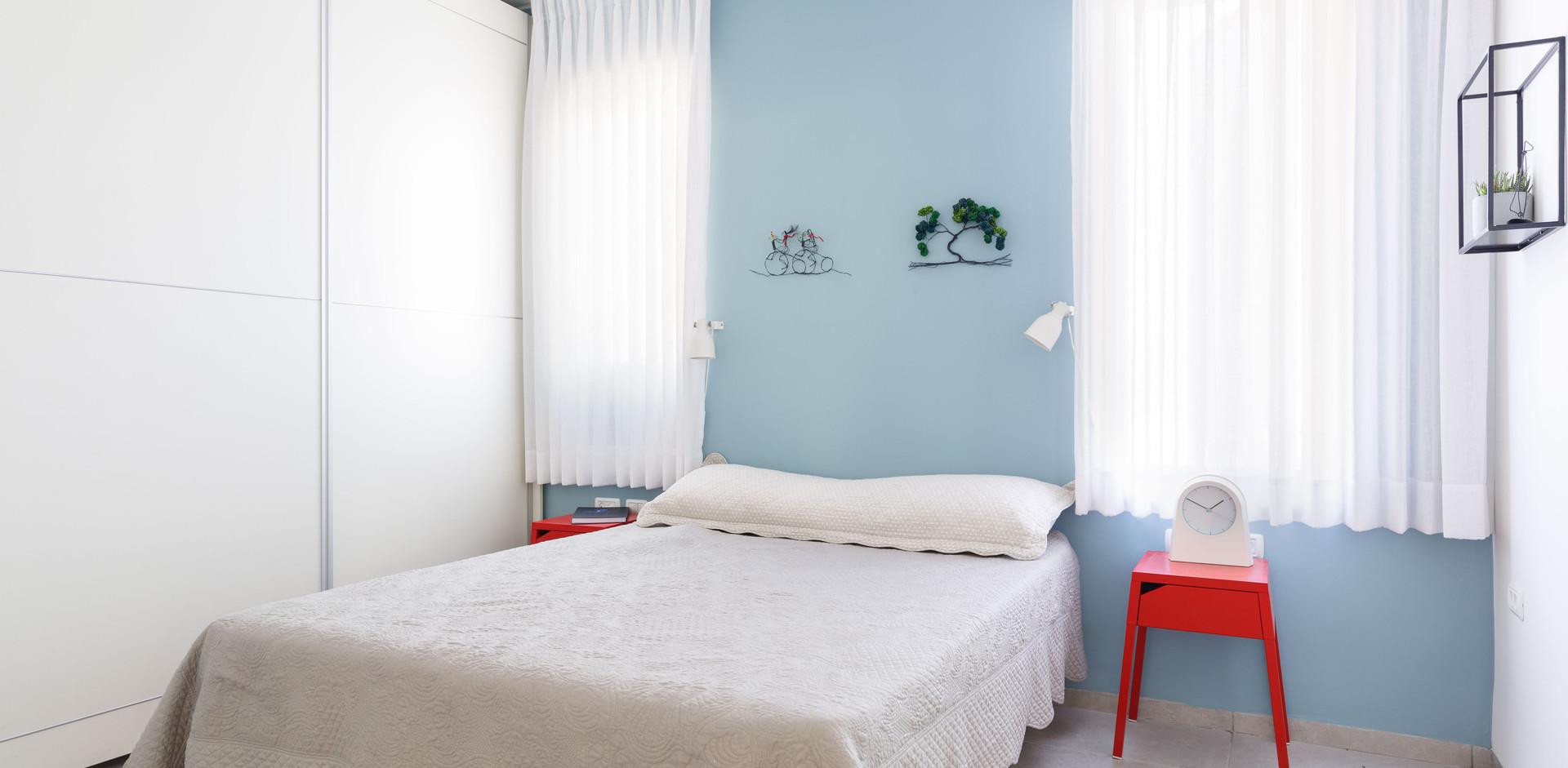 """חדר השינה הורים.תכלת - אדום """"שולט"""" גם פה."""