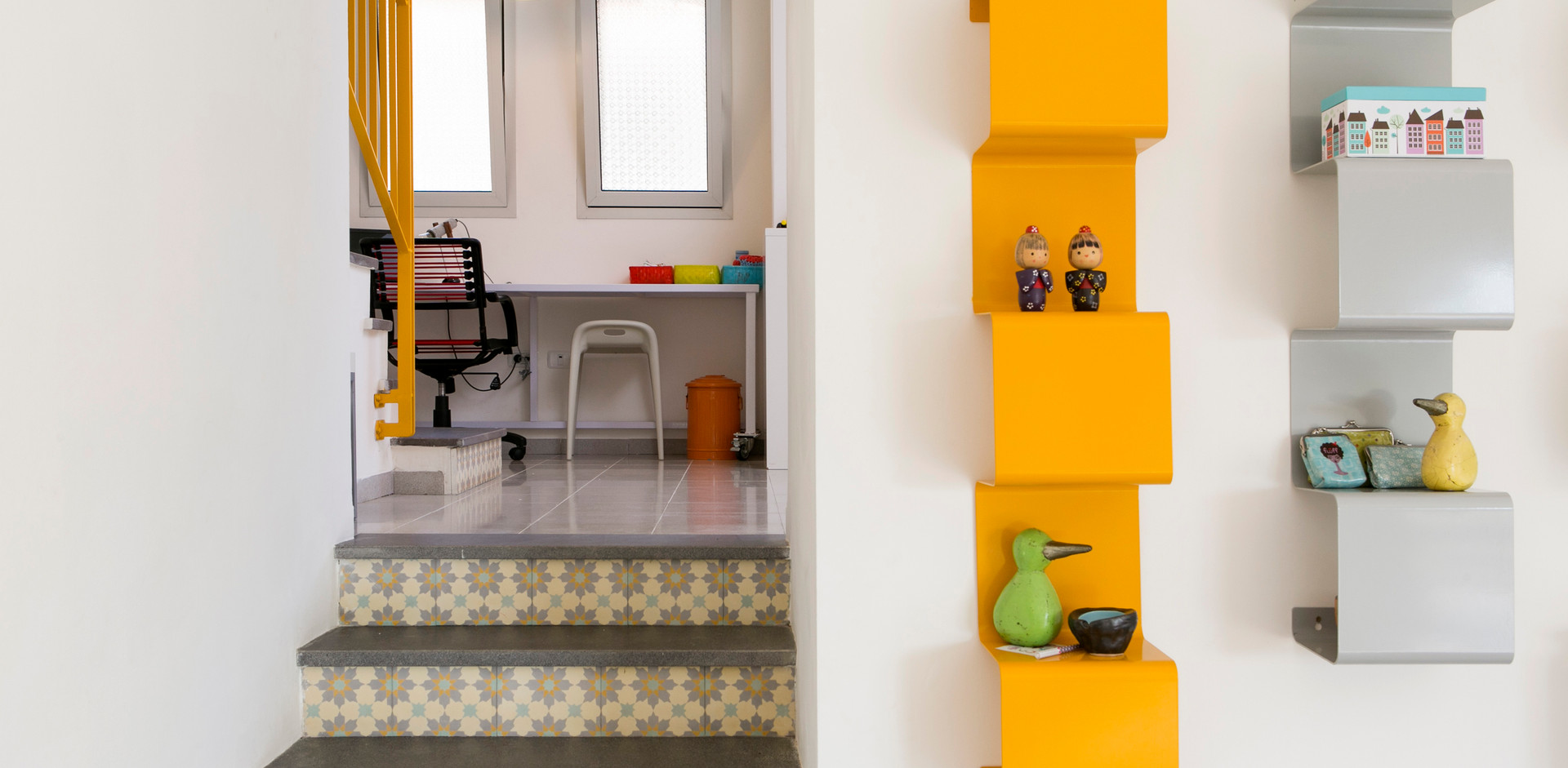 מדרגות מובילות לפינת המחשב- גם הן בשיח עיצובי עם מדפי הפח