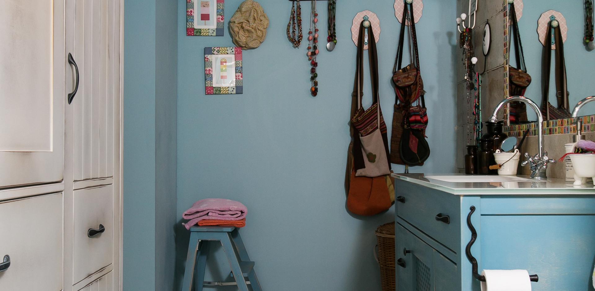 """פינת """"תכשיטים"""" גם היא מקשטת את חלל חדר האמבטיה"""