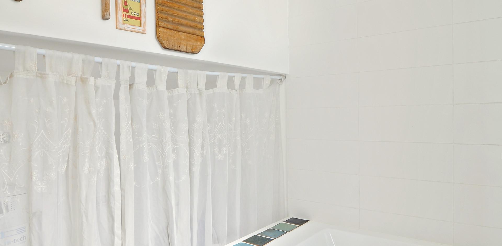 אריחים שיצרו בני הבית לחדר האמבטיה. חוויה עיצובית ייחודית