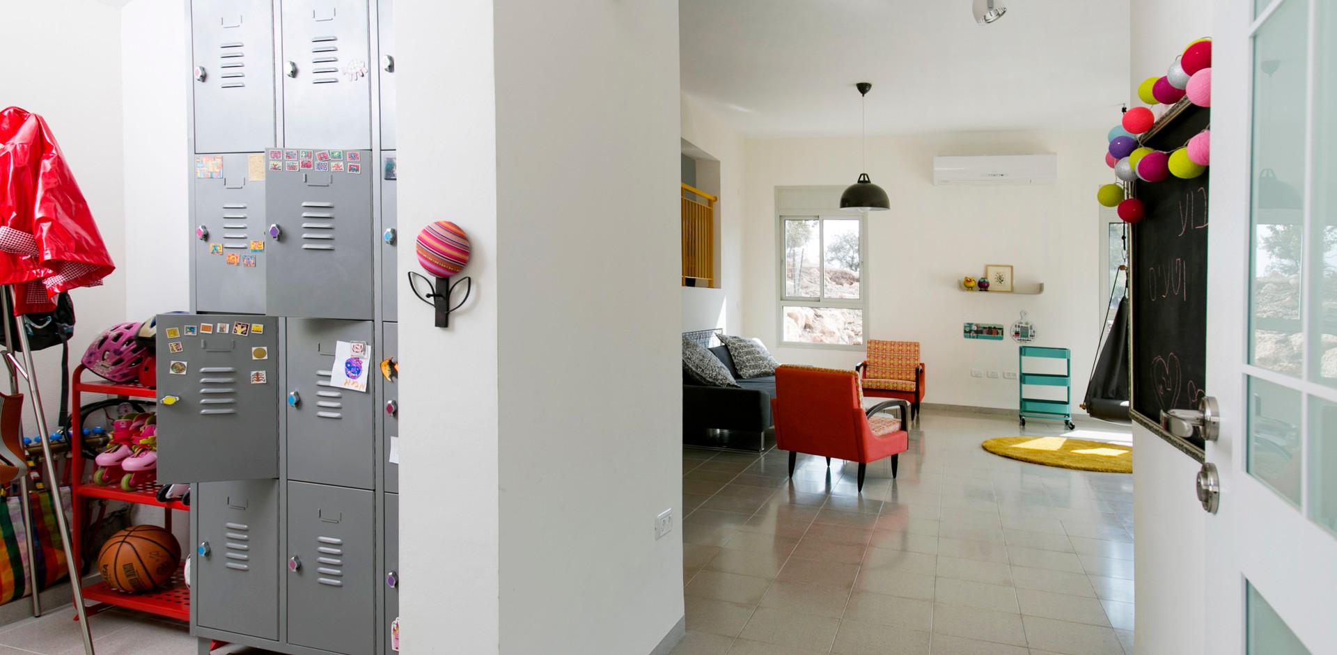 כניסה לבית...ככה זה שהמשפחה בוחרת לחייך את הבלאגן הפרטי שלהם: לוקר עוצב במיוחד לצרכיהם. בלאגן שמח (: