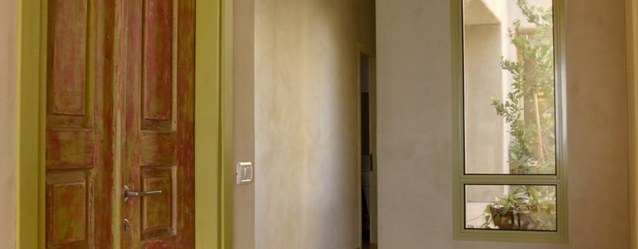 דלתות הבית בצביעה אמנותית מקשטות את הבית כולו